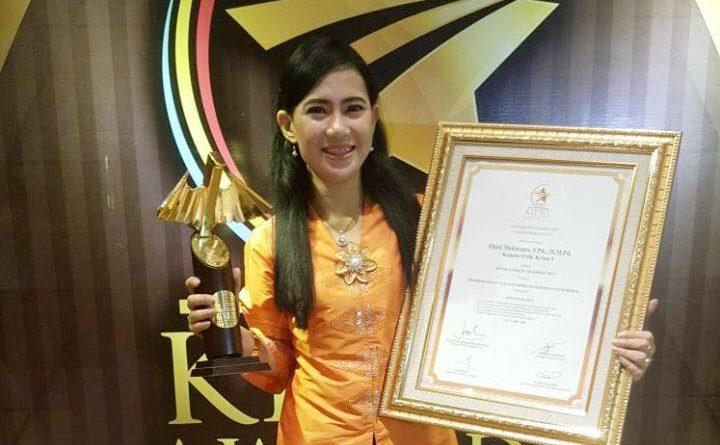 Bu Dhini Kepala Sekolah Hebat 2017 (1) - Copy
