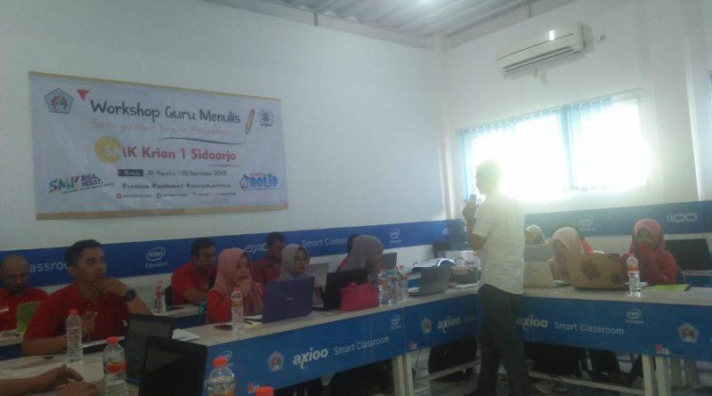 Fauzi (wartawan Jawapos) Saat Memberikan Materi Pada Workshop Guru Menulis